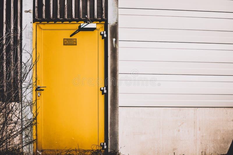 Porta gialla fotografia stock