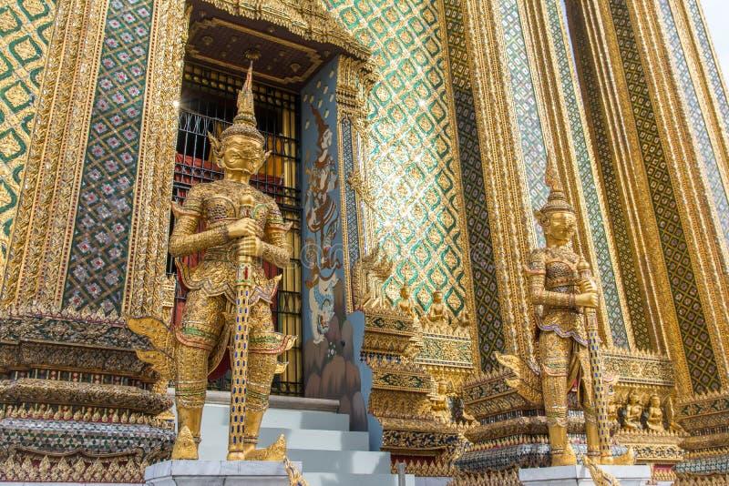 Porta gigante que mantém a escultura no palácio grande imagens de stock royalty free