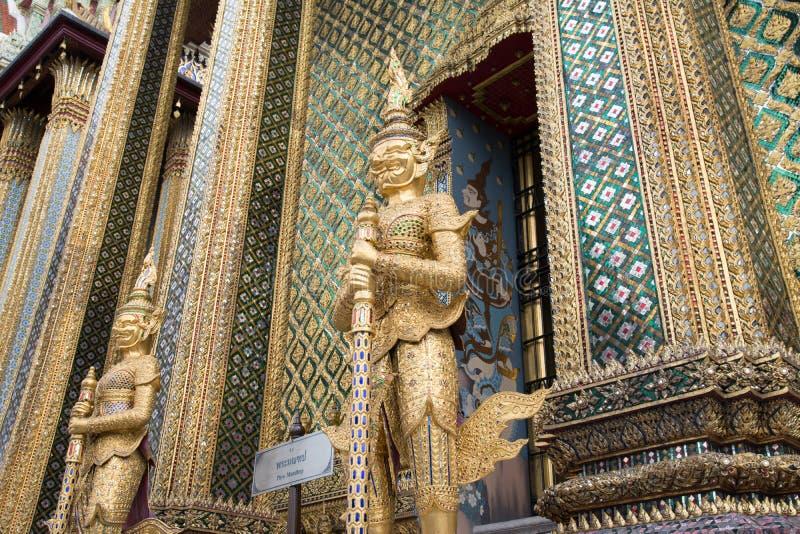Porta gigante que mantém a escultura no palácio grande foto de stock royalty free