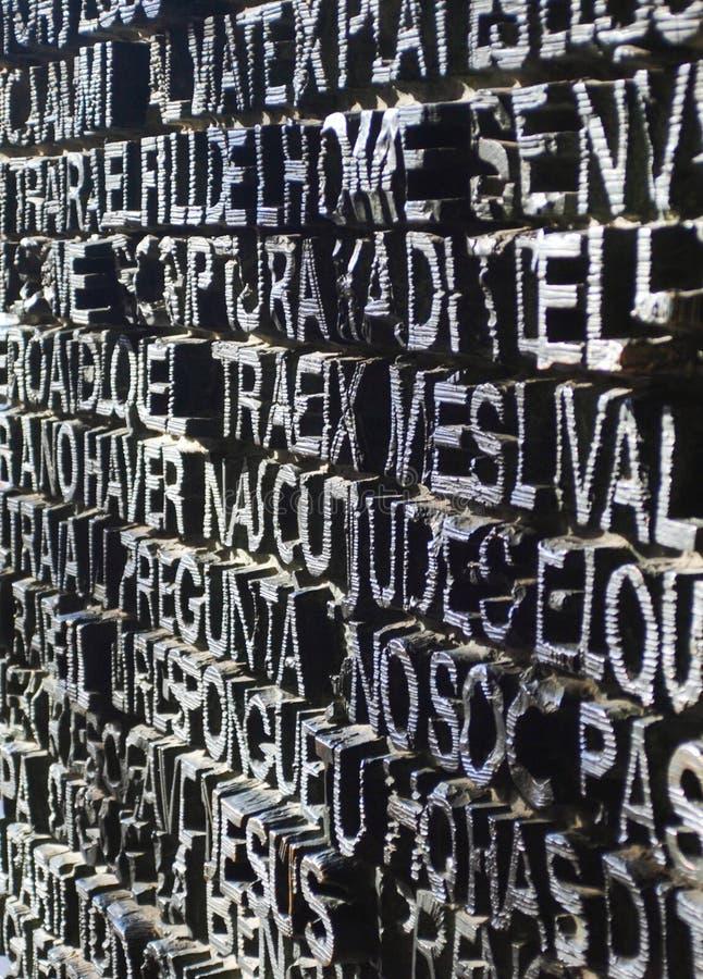 A porta grande do metal completamente com textos em Barcelona fotos de stock