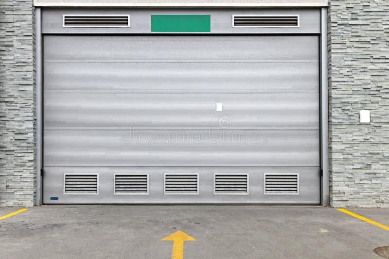 Porta grigia del garage immagine stock libera da diritti