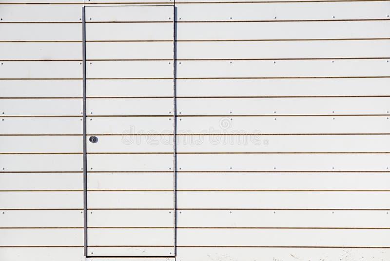 Porta grigia vicina con la parete di alluminio o d'acciaio fotografie stock libere da diritti