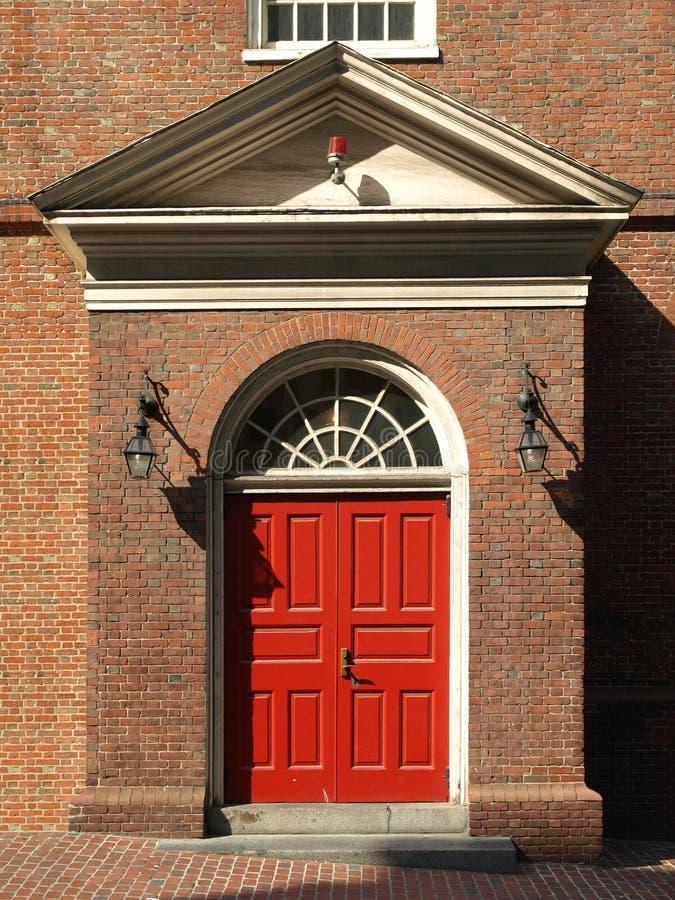 Porta histórica do vermelho da igreja fotografia de stock royalty free
