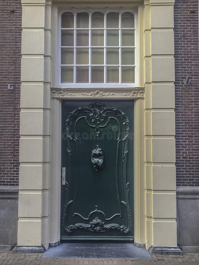 Porta holandesa velha verde de uma mansão imagens de stock