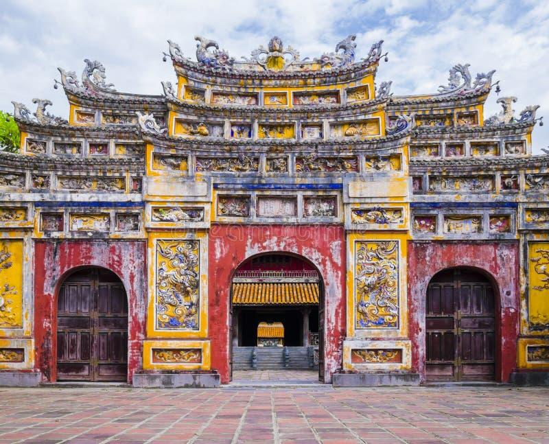 Porta imperial colorida da cidade, matiz, Vietname fotos de stock royalty free