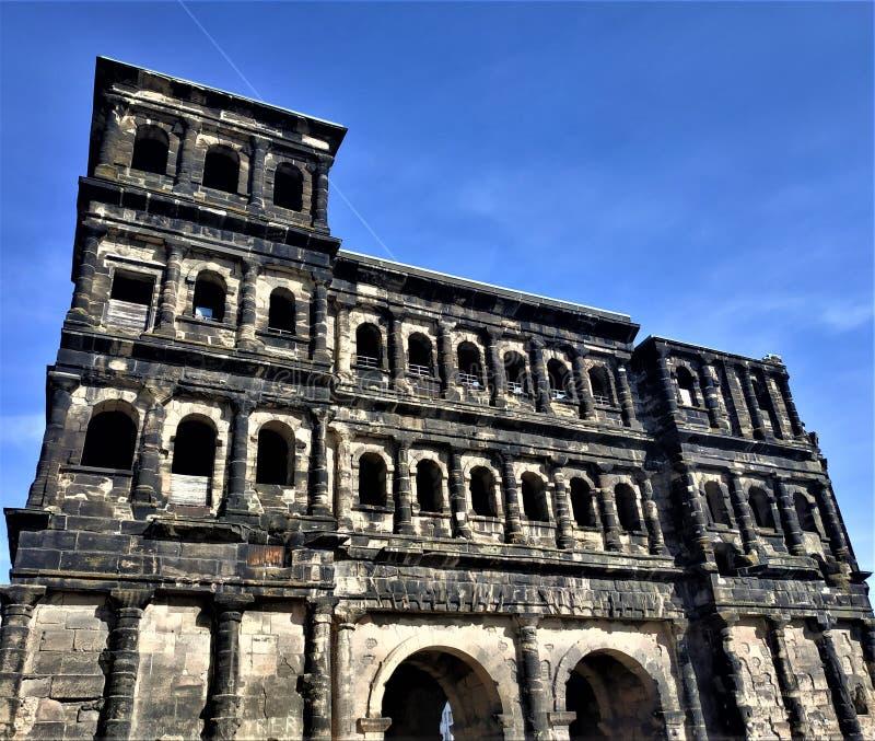 Porta impressionante do negro do porta na frente do céu azul no Trier imagem de stock royalty free