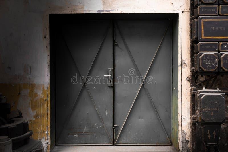 Porta industrial velha do metal fotografia de stock royalty free
