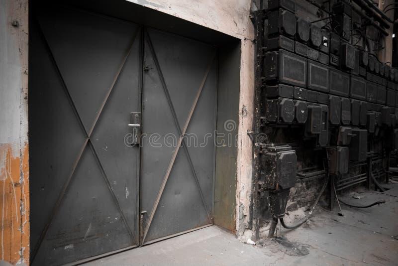 Porta industrial velha do metal imagens de stock