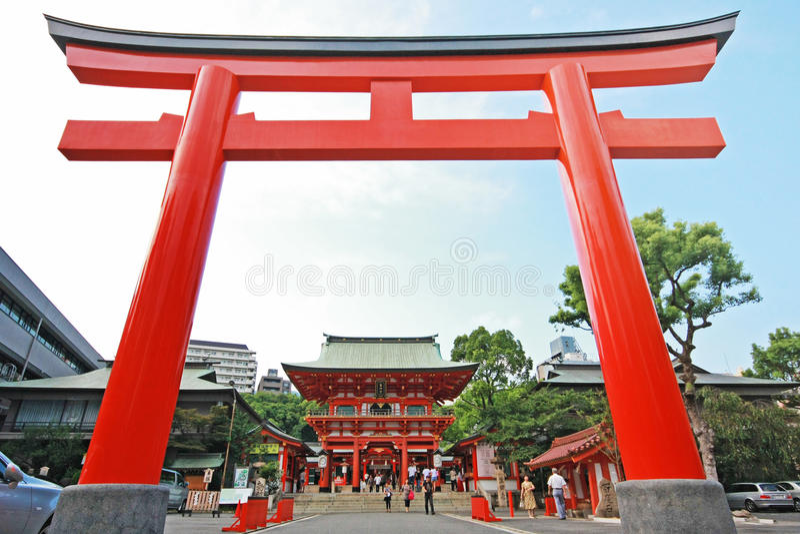 Porta japonesa gigante (Torii) na frente do santuário de Ikuta fotos de stock royalty free