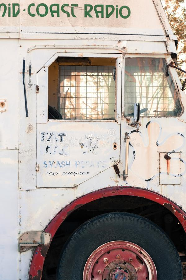 Porta lateral de um ônibus velho branco fotografia de stock royalty free