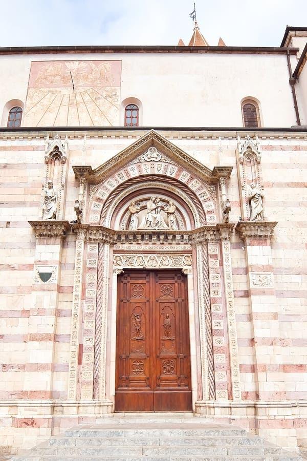 Porta laterale della cattedrale di Grosseto in Italia fotografia stock
