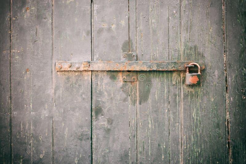 Porta Locked Cadeado oxidado velho fechado em uma porta de madeira resistida fotos de stock