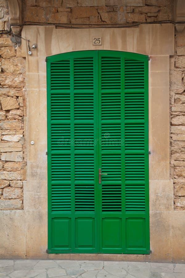 Porta Louvered verde fotografia de stock royalty free