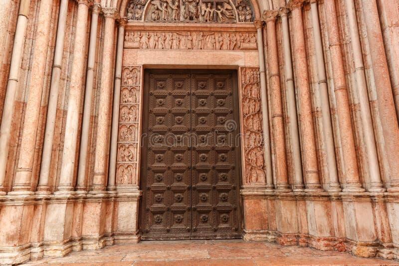 A porta maciça do Baptistery Parma imagens de stock royalty free