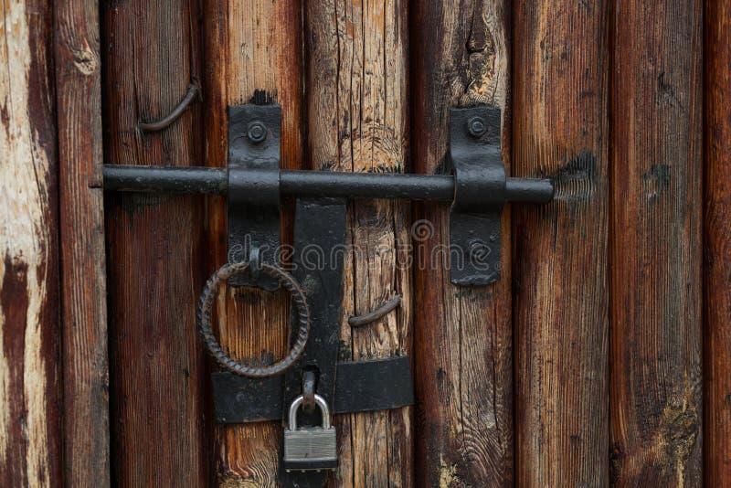 Porta marrom de madeira do vintage com o fechamento do metal e o punho velhos do anel fotos de stock royalty free