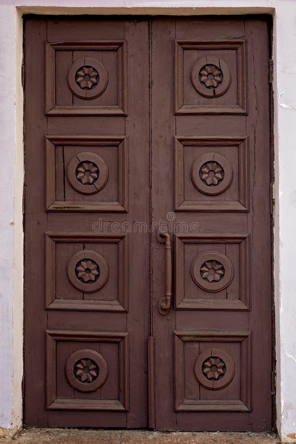 Porta marrom velha da casa Porta de madeira da construção do vintage resistida Entrada fechado fotos de stock royalty free