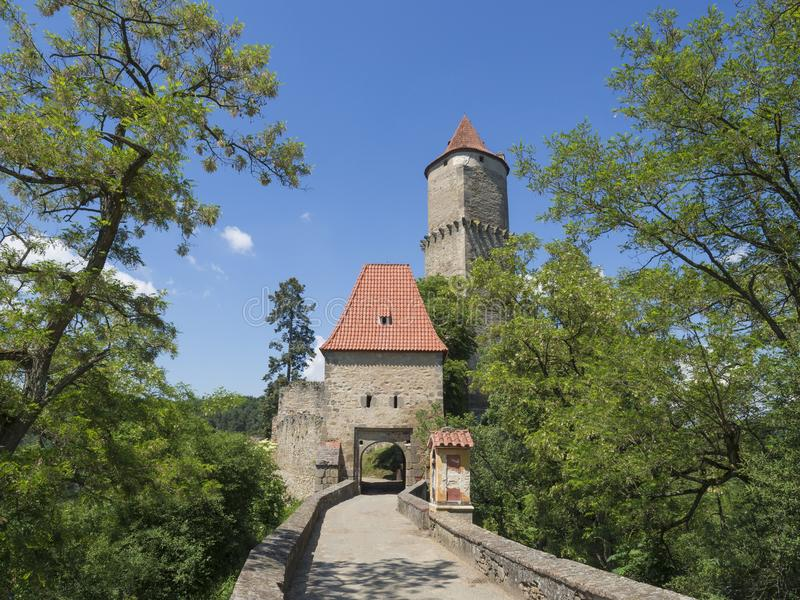 Porta medieval da entrada principal de Zvikov Klingenberg do castelo com redondo fotos de stock royalty free