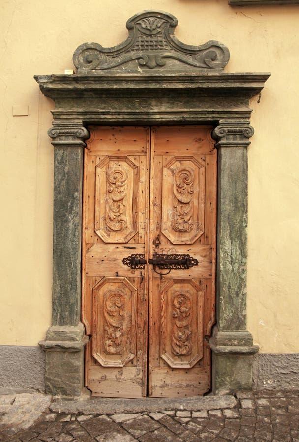 Porta medieval de madeira marrom do vintage, Itália fotos de stock