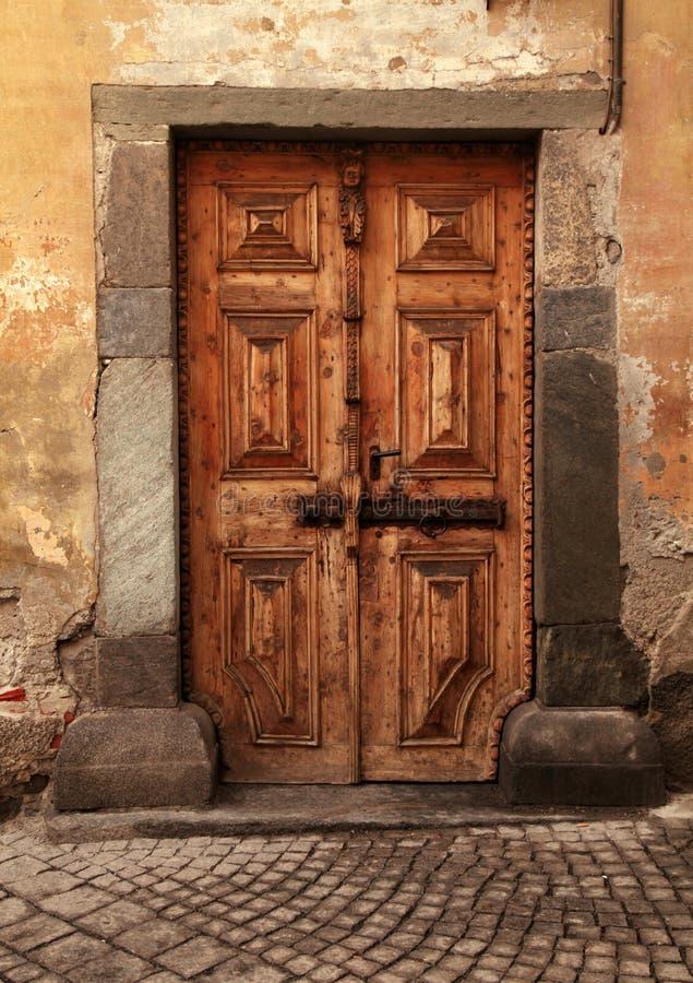 Porta medieval de madeira marrom do vintage na casa de pedra rural fotos de stock