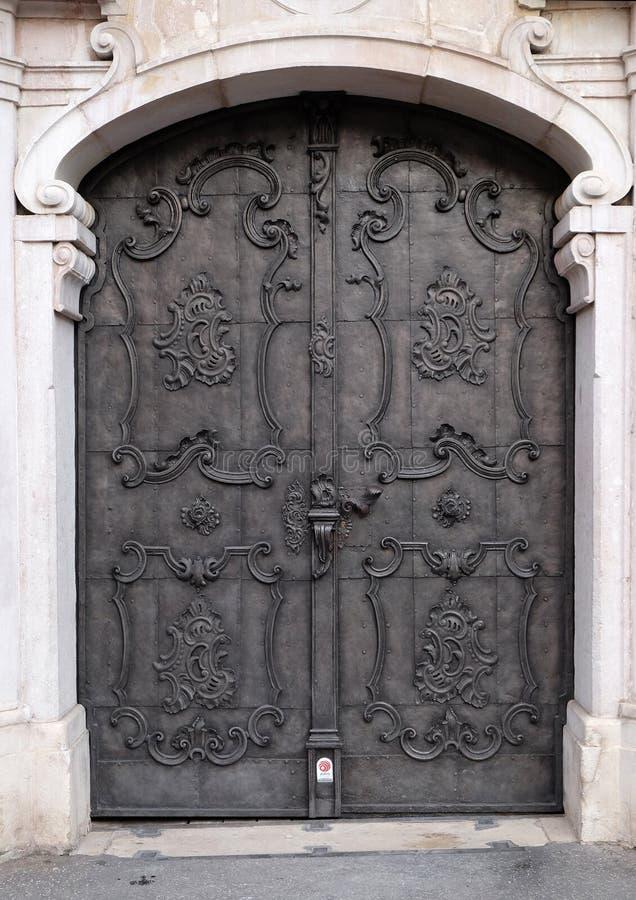 Porta medieval majestosa com as colunas ornamentado do teste padrão e da pedra do metal em Salzburg fotos de stock royalty free