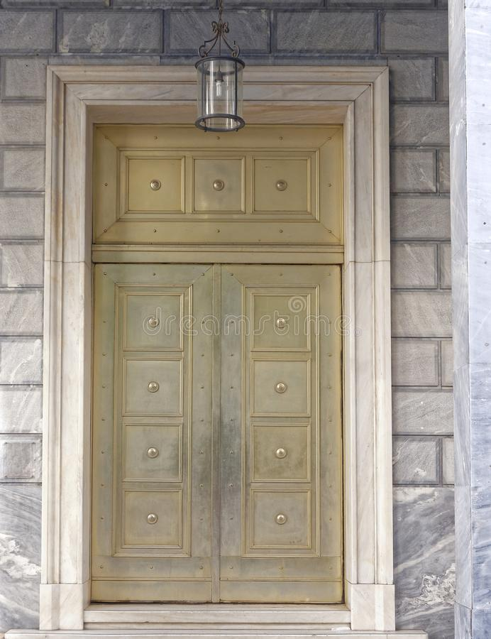 Porta metallica bronzea impressionante con la struttura di marmo immagini stock