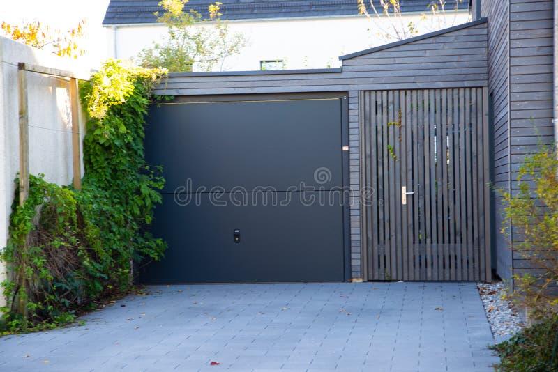 Porta moderna del garage in grafite fotografie stock libere da diritti