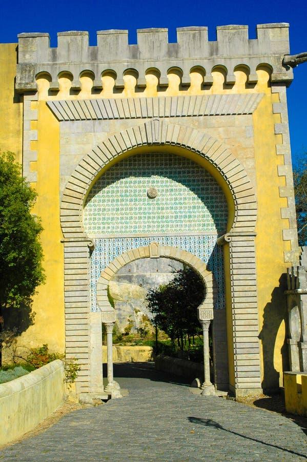 Porta mouro do palácio nacional de Sintra Pena, curso Lisboa, Portugal imagens de stock royalty free