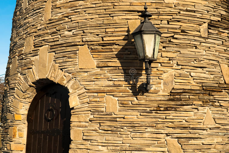Download Porta na parede do castelo imagem de stock. Imagem de velho - 12801535