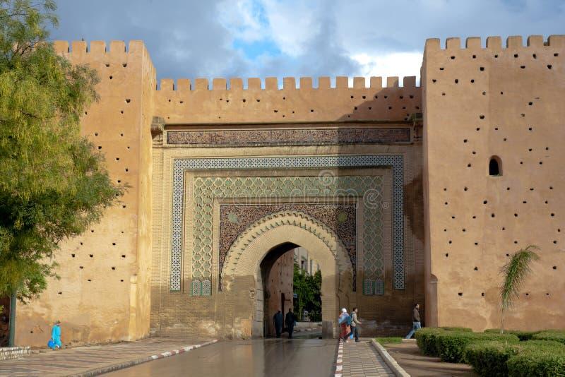 Porta na parede Meknes da cidade, Marrocos fotos de stock