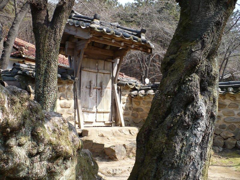 Porta na parede no parque e centro cultural em Coreia do Sul imagem de stock