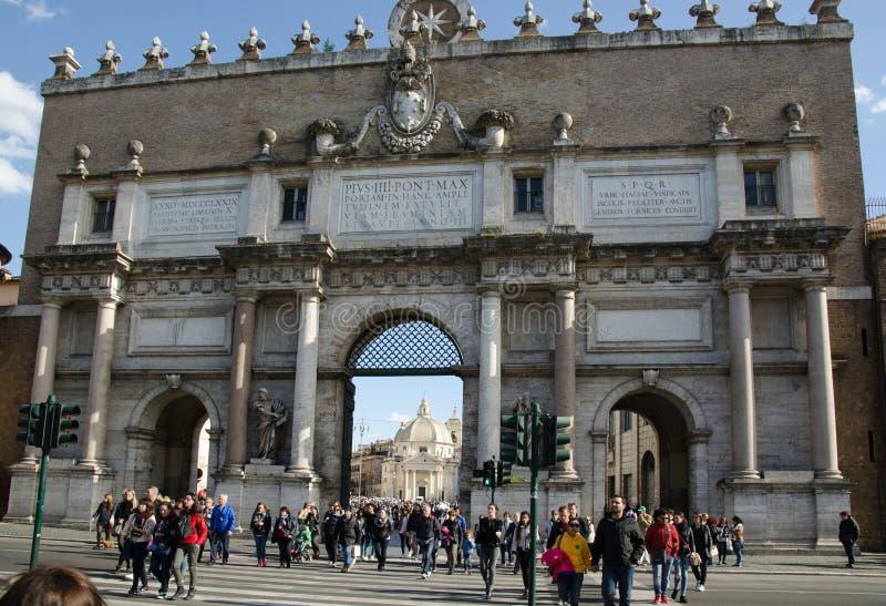 Porta na praça del Popolo em Roma, Itália imagens de stock