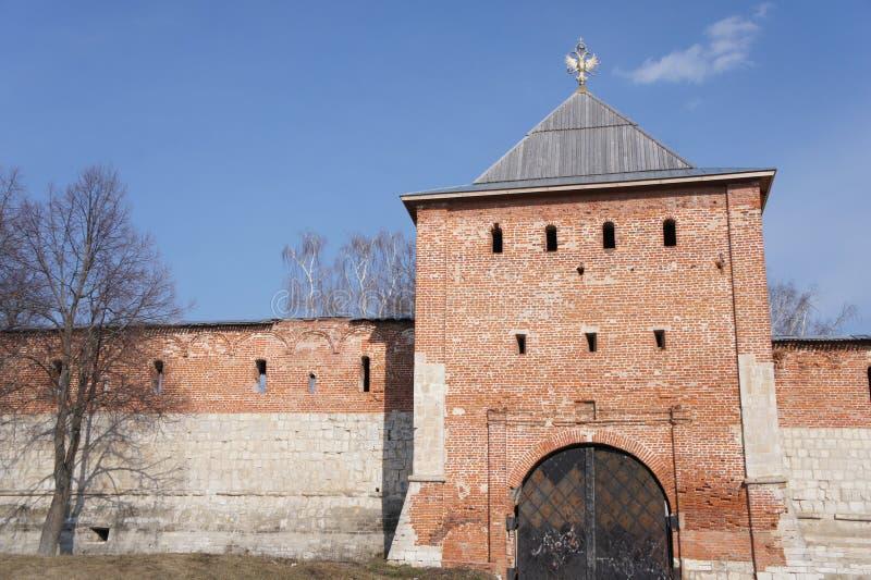 A porta na torre do Kremlin de Zaraysk fotografia de stock