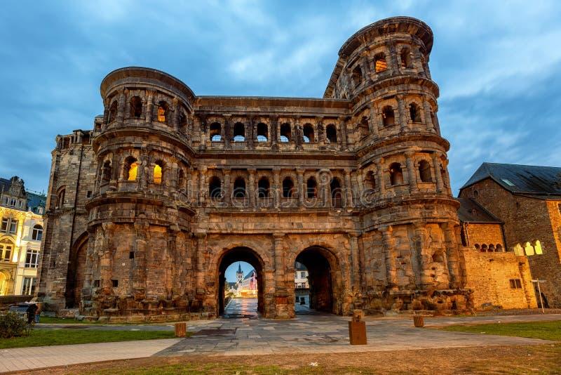 Porta Nigra, en uråldrig roman gate i Trier, Tyskland royaltyfria foton