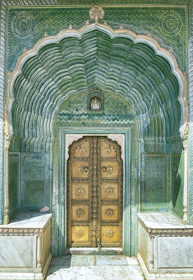 Porta no palácio da cidade em Jaipur imagens de stock