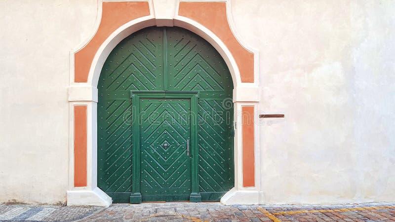 Porta o portone di legno verde, pareti bianche fotografia stock libera da diritti