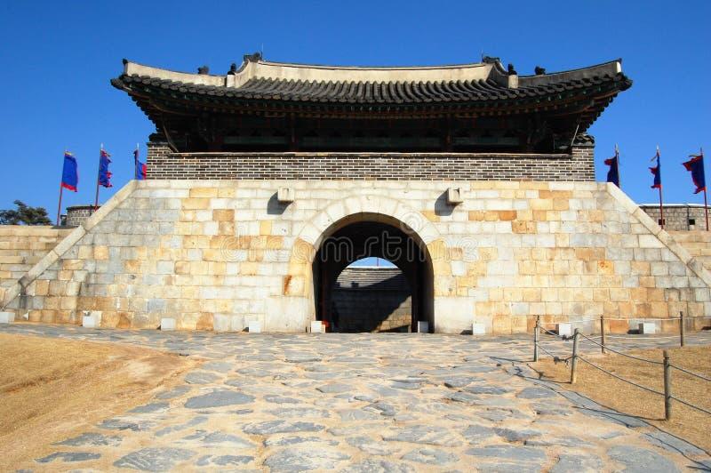 Porta oriental na fortaleza Kor sul de Hwaseong fotos de stock