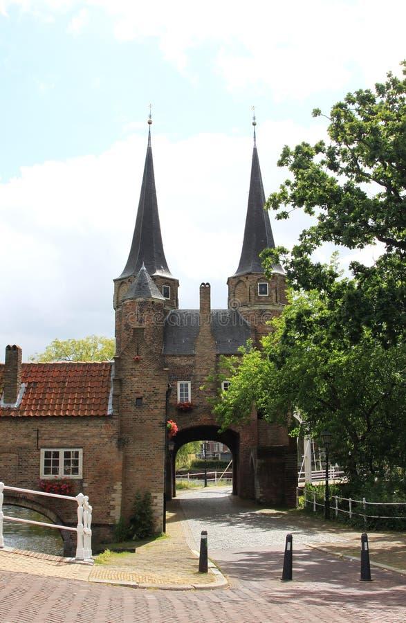 Porta oriental na louça de Delft histórica da cidade, Holanda foto de stock