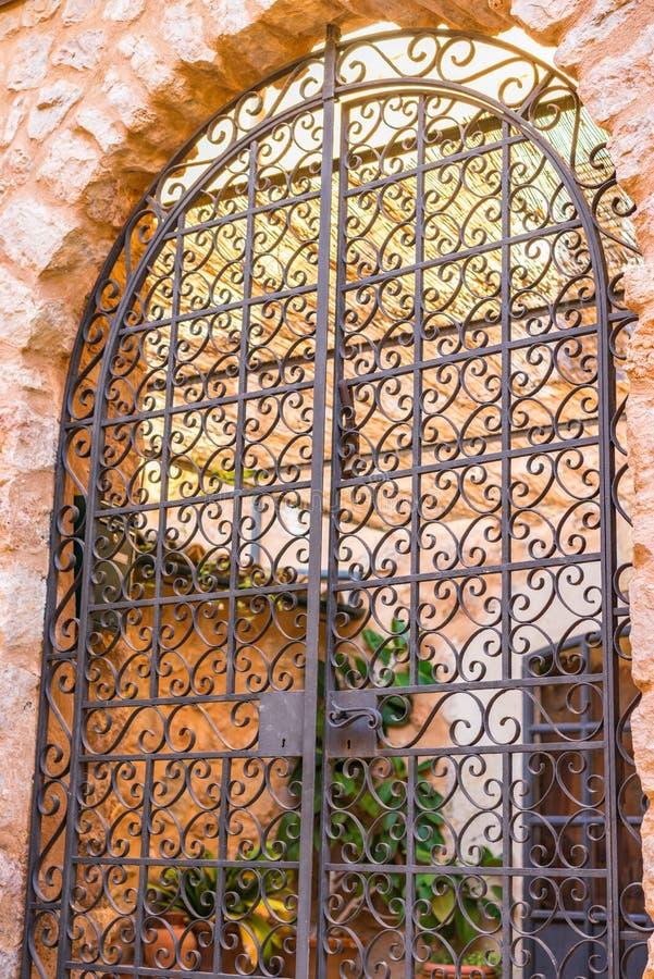 Porta ornated bonita do ferro da entrada mediterrânea da casa imagens de stock royalty free