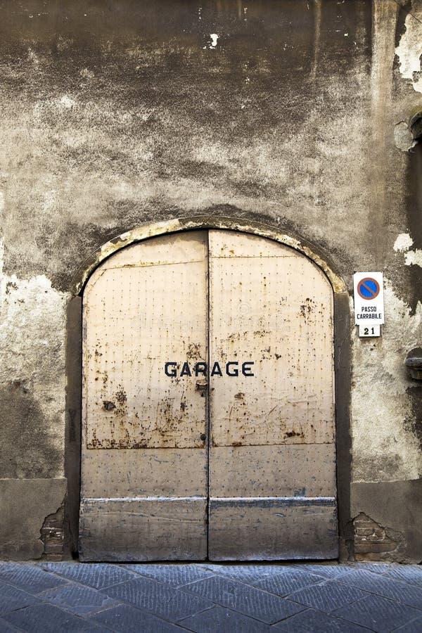 Porta oxidada da garagem imagens de stock royalty free