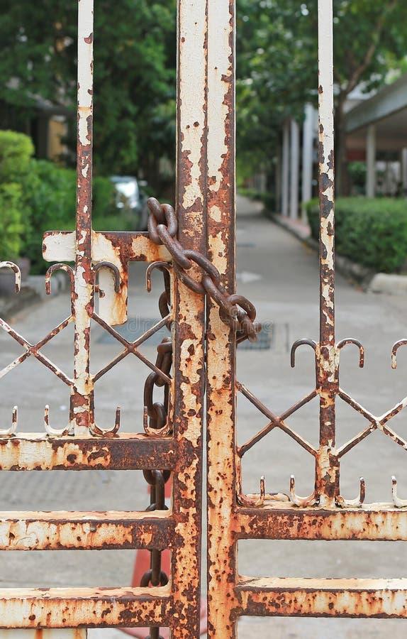 Porta oxidada fechado do metal com corrente imagens de stock