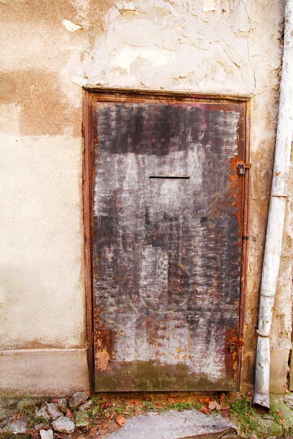 Porta oxidada velha do ferro, exterior rústico da arquitetura do buildi imagens de stock royalty free