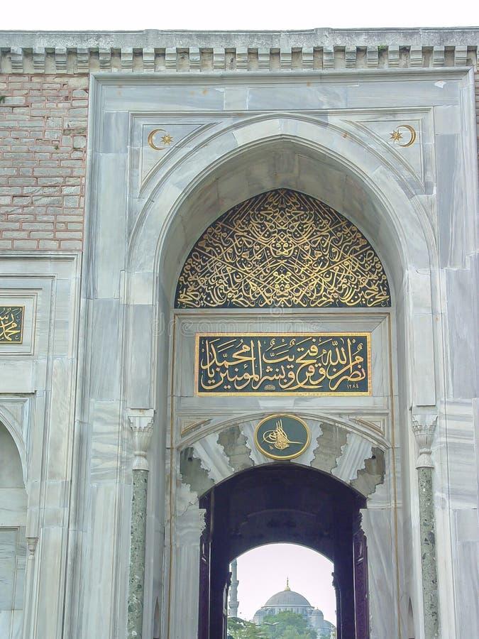 A porta para alcançar a mesquita azul imagens de stock