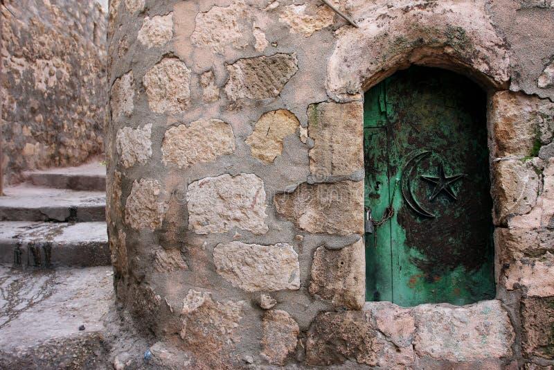 A porta pequena na casa árabe velha do estilo imagens de stock royalty free