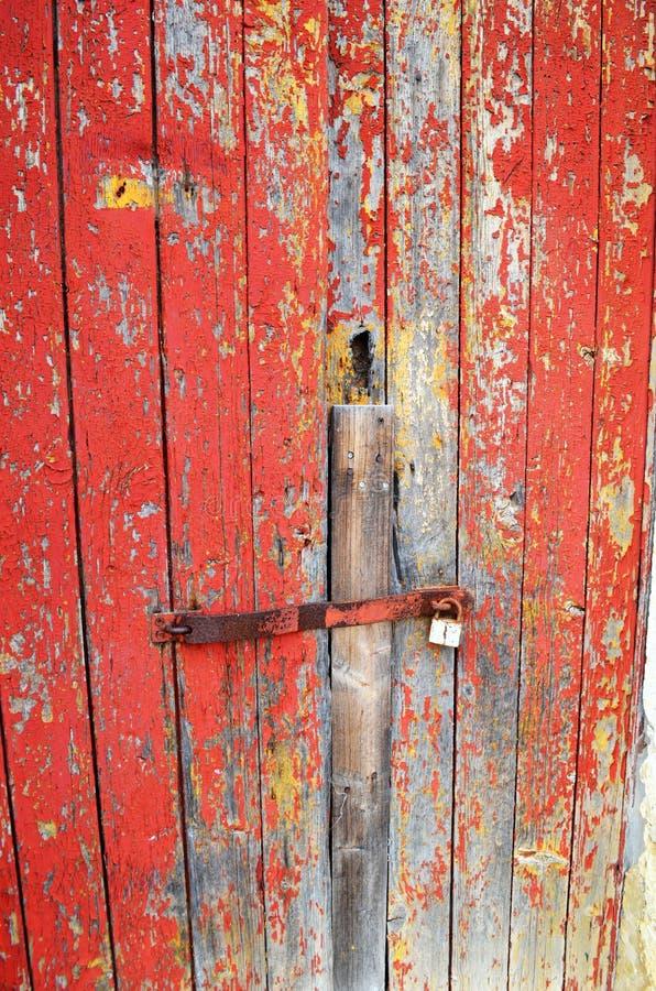 Porta pintada vermelho afligida foto de stock royalty free