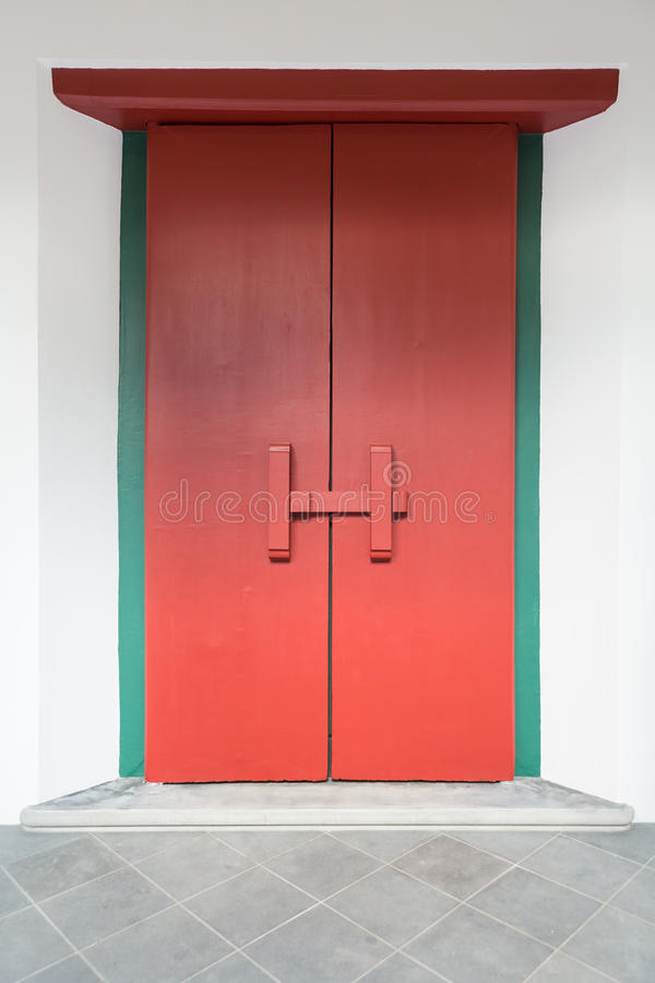 Porta/porta vermelhas de madeira sem redução fotos de stock royalty free