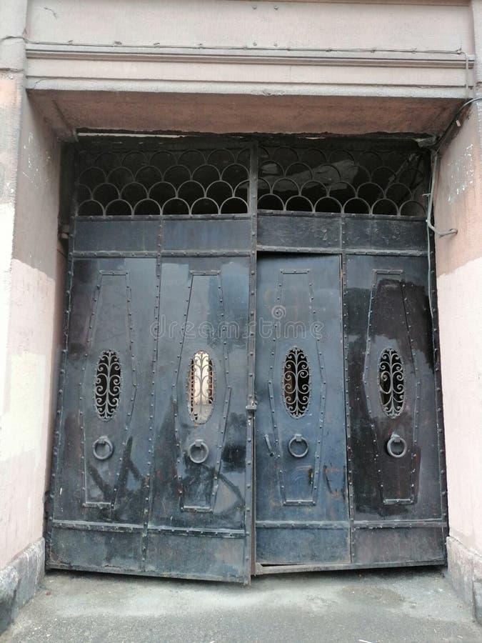 a porta preta velha na jarda foto de stock royalty free
