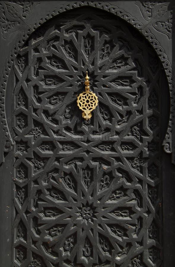 Porta preta velha típica do arabesque de Marrocos C4marraquexe imagens de stock royalty free