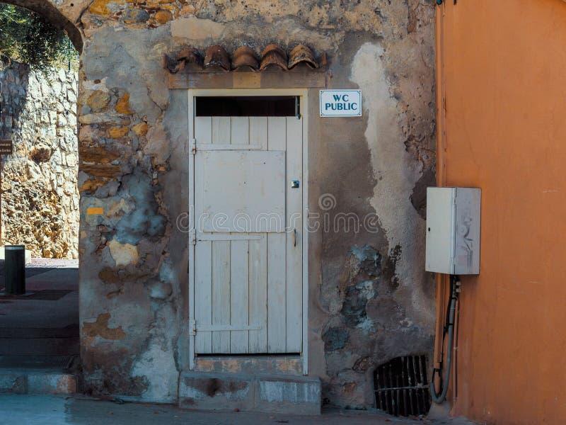 Porta pubblica del WC in un villaggio europeo immagini stock libere da diritti