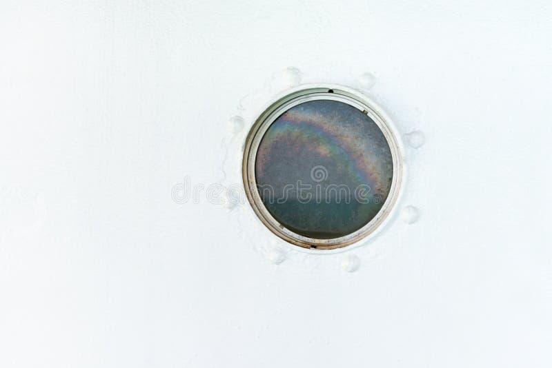 Porta redonda en la pared del blanco de la nave imagenes de archivo