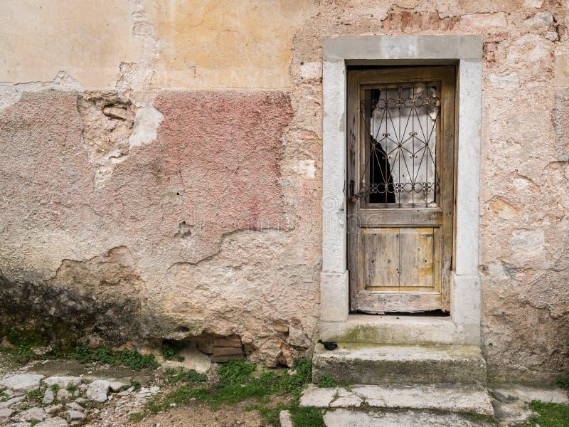 Porta resistida muito velha feita da madeira, vidro quebrado imagem de stock